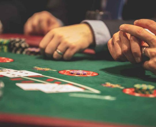 バカラがカジノの王様と言われる訳とは?ルールや勝ち方を紹介